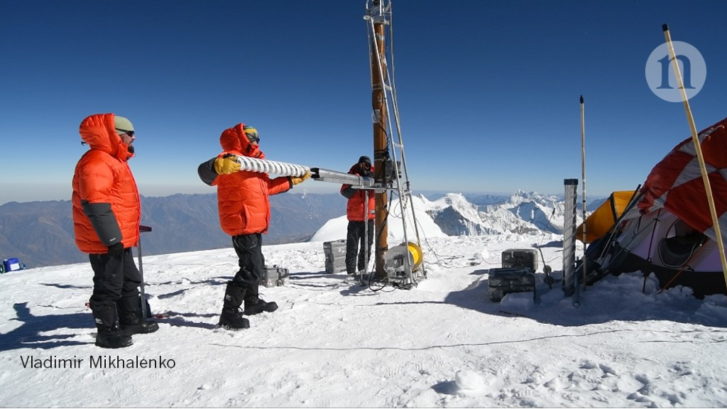 Daring scientists extract ice from Earth's highest tropical glacier