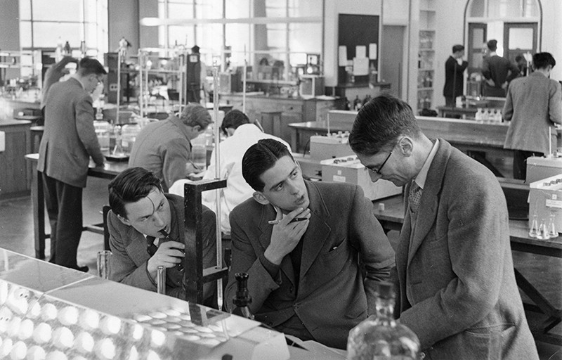 Students and professors working in the Physical Chemistry Laboratory at Oxford University in 1958