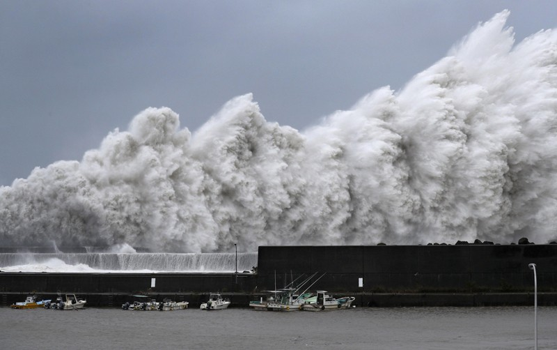 High waves triggered by Typhoon Jebi, Japan
