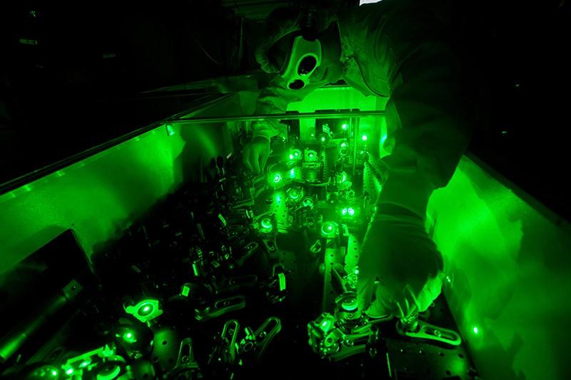Un cercetător reglează echipamentul la centrul de cercetare ELI Beamlines din Republica Cehă.