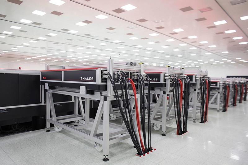 Lasere Atlas 100 în interiorul facilității ELI-NP de lângă București, România