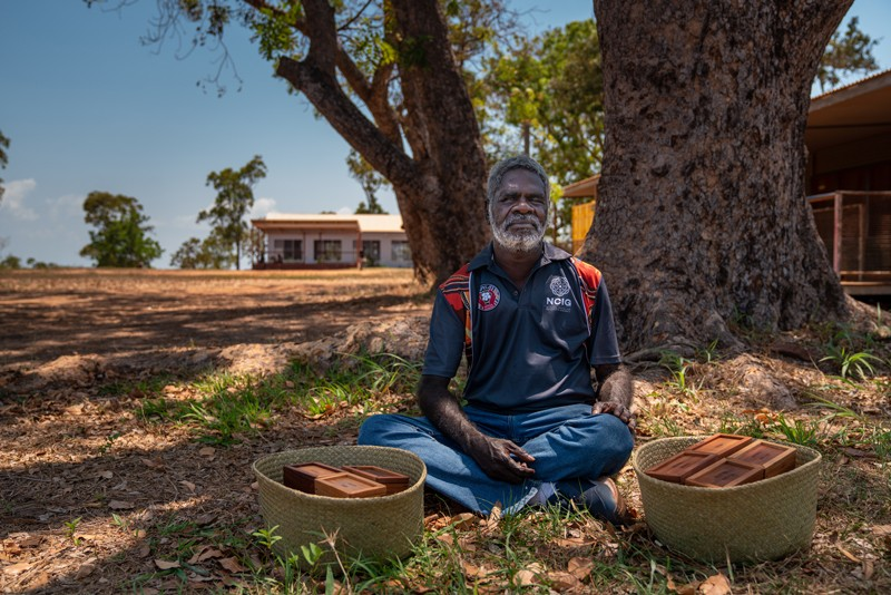 Ross Mandi Wunungmurra sitting under a tree.