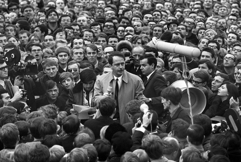 Ralf Dahrendorf speaks to a crowd at the 19th Federal Party Congress of the FDP in the town hall in Freiburg on January 29, 1968