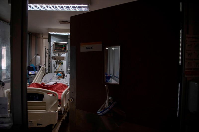 A COVID-19 patient in the Intensive Care Unit of the Barros Luco Hospital in Santiago