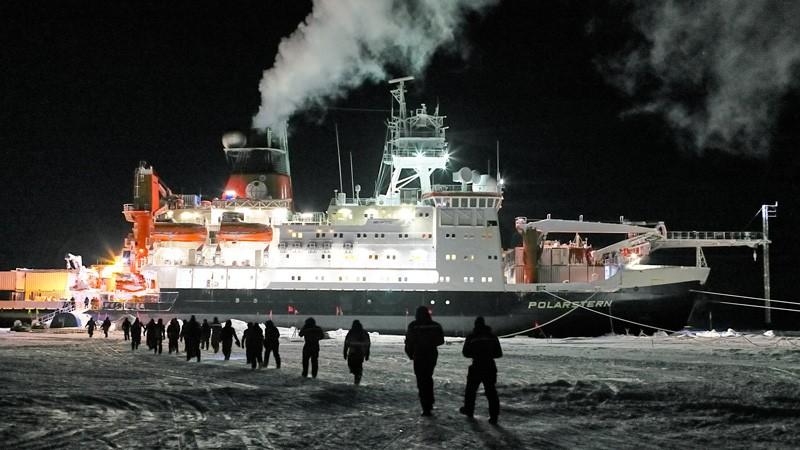 Participants of MOSAIC expedition leg2 and leg3 walking towards Polartstern.