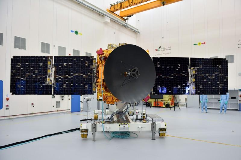 Temiz bir odada genişletilmiş güneş panellerine ve merkezi uydu çanağına sahip Hobe Sondası