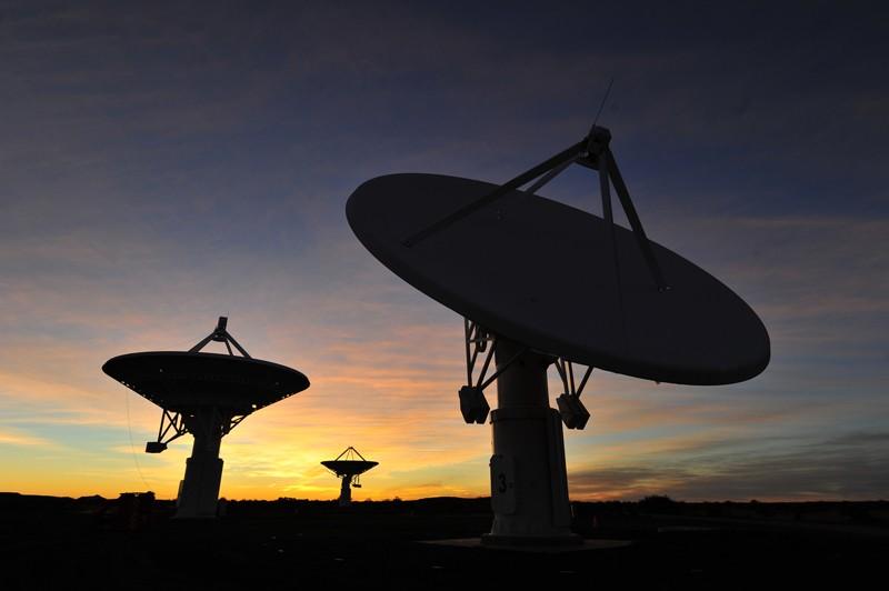 Réseau de radiotélescopes KAT-7 basé dans le Karoo en Afrique du Sud au coucher du soleil