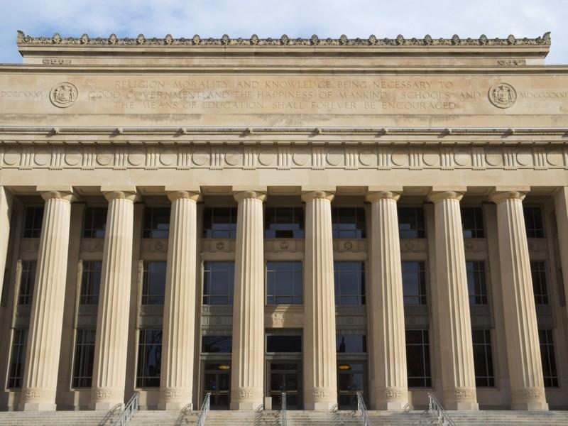 Angell Hall, Michigan Üniversitesi.  Sade üniversite binasına sütunlu giriş.