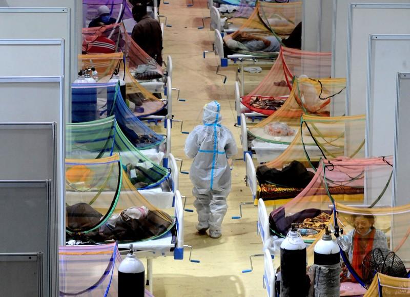Um trabalhador de saúde em uma enfermaria ronda no Centro de Manutenção CWG Village Govt-19 em Nova Delhi