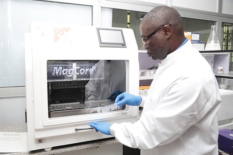 Moleküler biyolog Christian Happi Nijerya'daki laboratuvarında