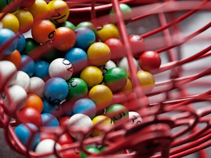 Tombala ve piyango için farklı renkli toplarla çekiliş oyunu.