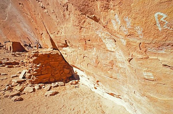 Utah'daki Türkiye Kalem Harabesi bölgesinde atalara ait Pueblo el baskıları ve tahıl ambarları
