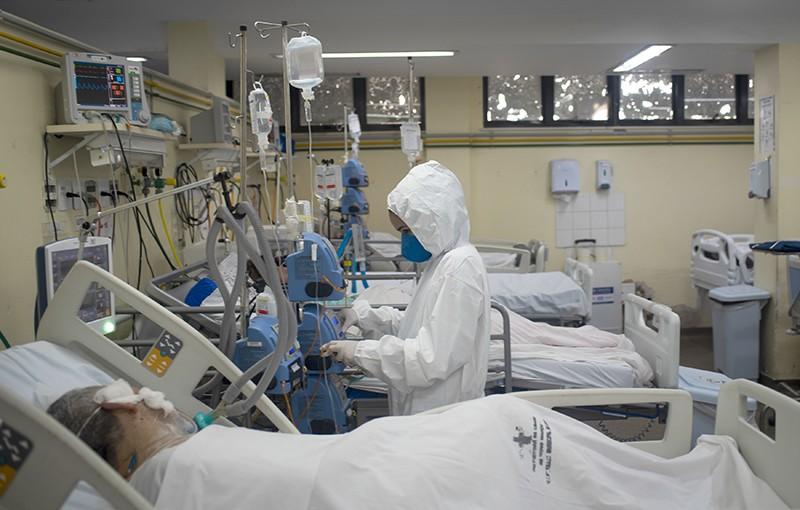 Unidade de Terapia Intensiva COVID-19 com pacientes e cuidadores no Rio de Janeiro, Brasil em 27 de maio de 2021