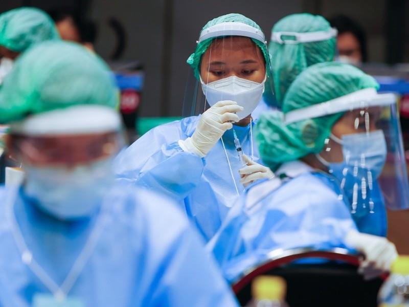 Ein Gesundheitspersonal bereitet in einem Impfzentrum in der Provinz Nonthaburi, einem Vorort von Bangkok, eine Dosis des CoronaVac-Impfstoffs vor.