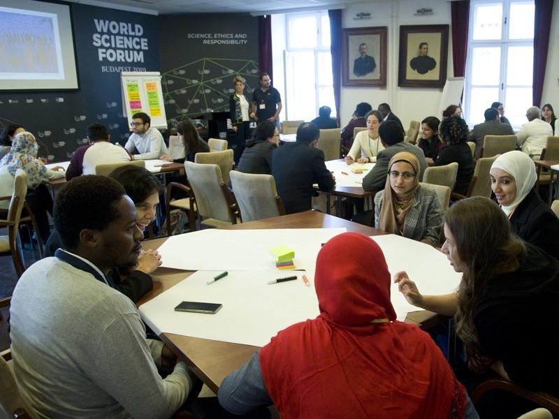 Global Young Academy tarafından erken kariyer araştırmacıları için düzenlenen Bilim Liderliği Eğitimi katılımcıları.
