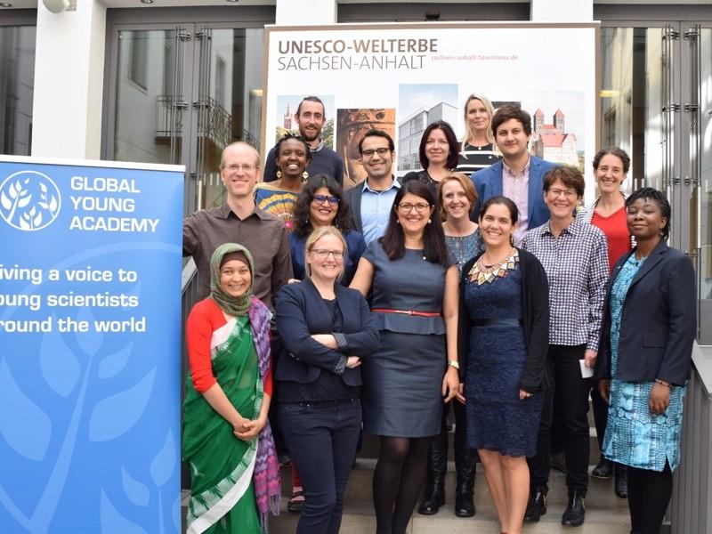 Küresel Genç Akademisi'nin yürütme komitesi ve ofisi.