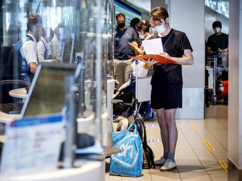 Um viajante faz check-in em um balcão da KLM no Aeroporto schiphol de Amsterdã.