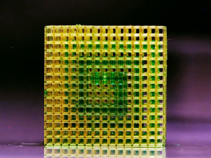 Şekil 2 Yeşil boyalı su, hücresel bir akışkan yapı içinde önceden programlanmış üç boyutlu bir akış yolu boyunca dağıtılır.