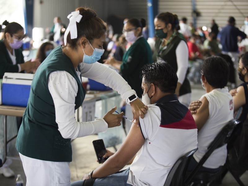 At Palacio de los Deportes attendees were given the first dose of the biological Oxford AstraZeneca, Mexico City.