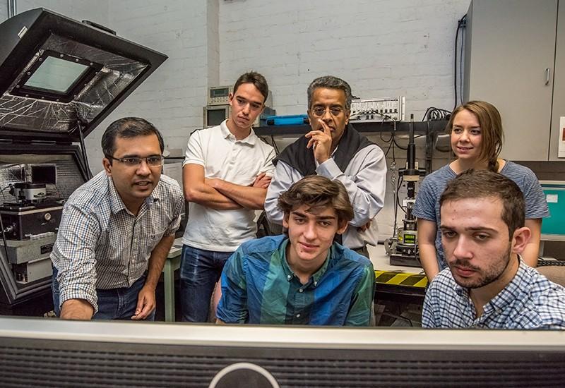 Ramammorthy Ramesh (ortada) ve ekibi, bir ferroelektrik malzemenin x ışını kırınım modeline bakıyor