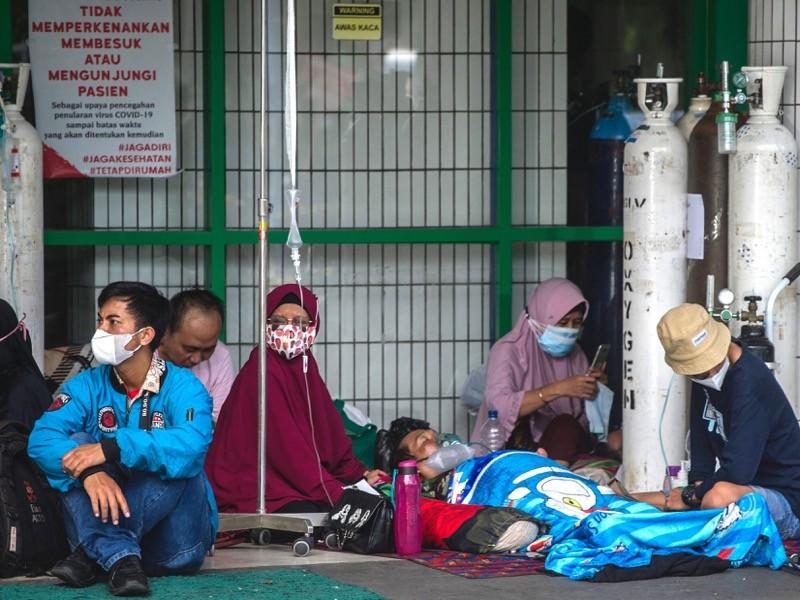 As pessoas esperam pela internação fora da ala de emergência de um hospital que atende pacientes covid-19, indonésia.