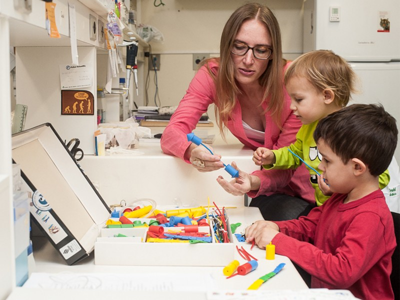 Fernanda Staniscuaski and two of her sons at her laboratory.