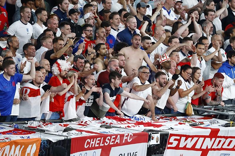 Londra'daki Euro 2020 Şampiyonası Finalinde bir futbol maçında çığlık atan ve takımlarına tezahürat yapan büyük bir insan kalabalığı.