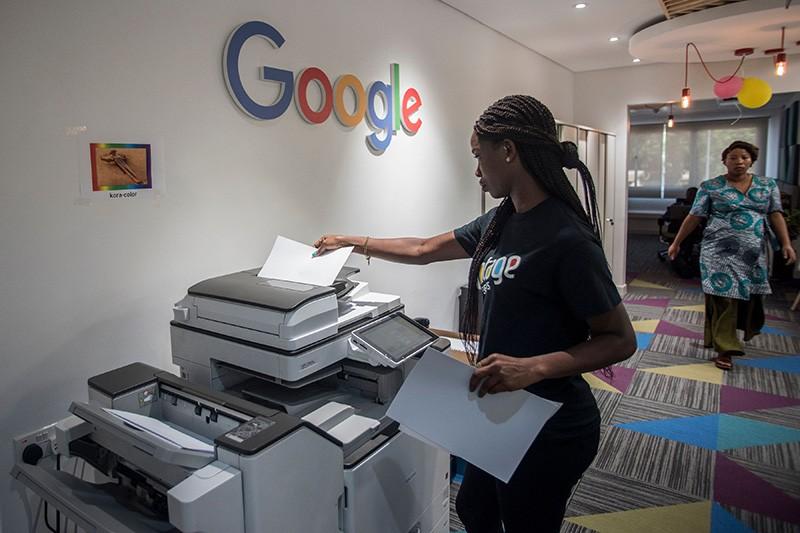Mzimayi amapanga makope ku Google Artificial Intelligence Center ku Accra, Ghana, Africa.