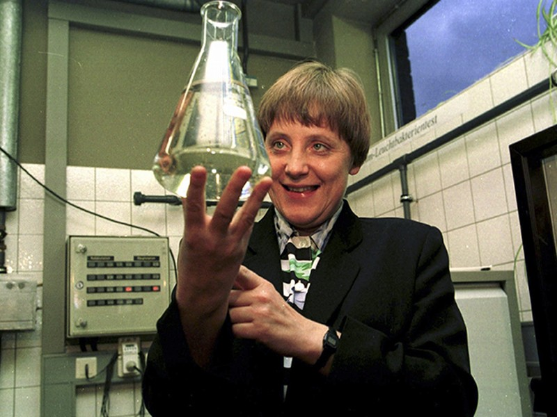 Federal Minister Merkel is holding up a test tube filled with water, January 1995.