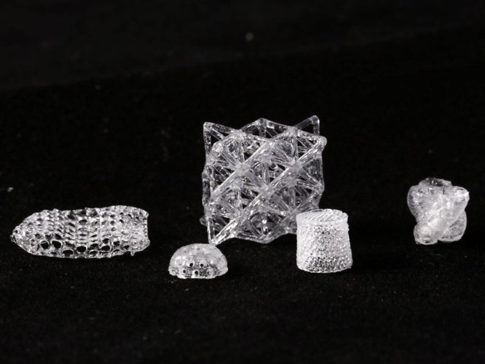 Transparent and dense BPS glasses obtained by sintering 3D printed porous objects.