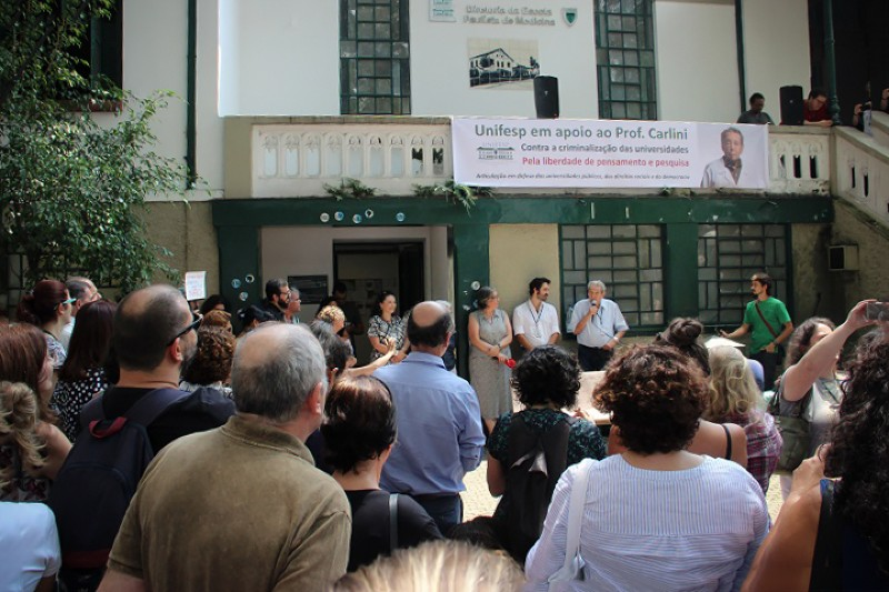 A gathering on 1 March that students and faculty at Unifesp held to support Elisaldo Carlini.