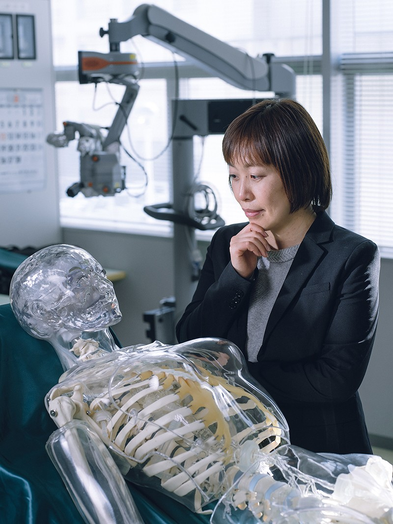 Kanako Harada looking at the bionic humanoid.