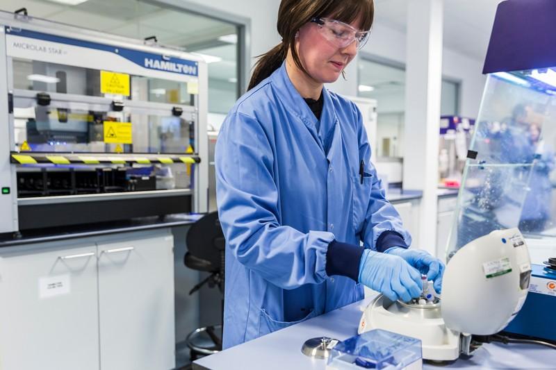 Cientista que trabalha no Laboratório Almac Diagnostics