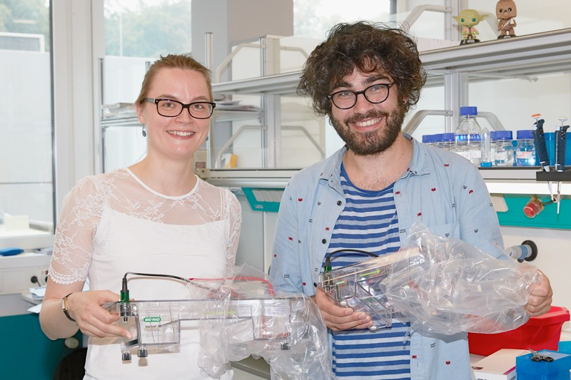 Can Sönmezer and Rozemarijn Kleinendorst setting up a new lab