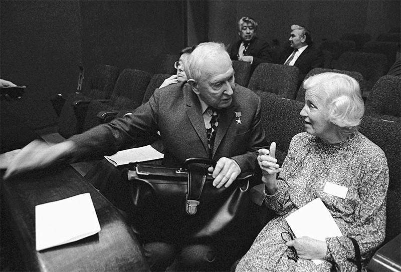 Markov (l) and Hodgkin (r) talk in a conference room in 1983