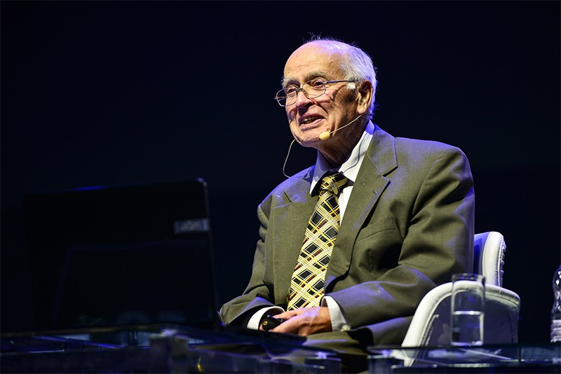 Michael Atiyah lecturing at the 2018 International Congress of Mathematics on Aug 6th