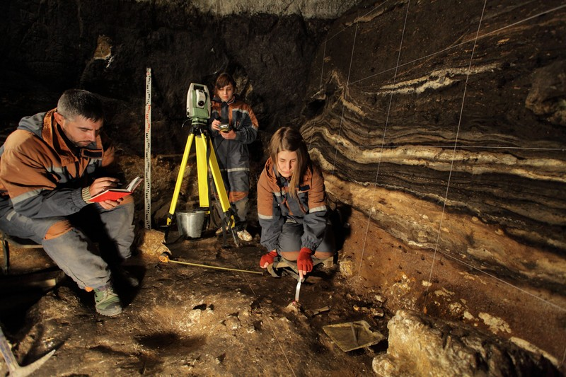 Researchers at excavation of the Denisova cave