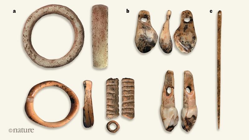 Antiguos objetos hechos por homininos procedentes de Cueva Denisova. Foto: Z. Jacobs et al./Nature