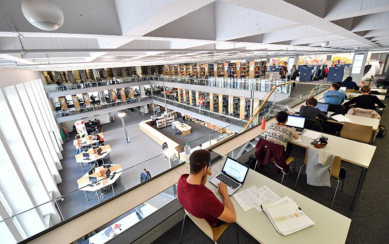 Students studying in the Branch Library Main Campus at the Technical University of Munich.