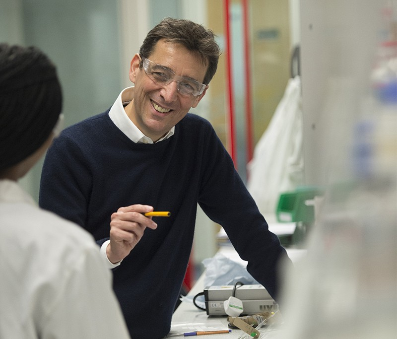 Paul Walton talks to a female student in a laboratory in the University of York