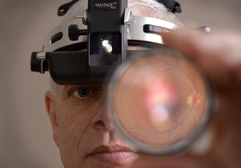 Un paciente sometido a un examen ocular.