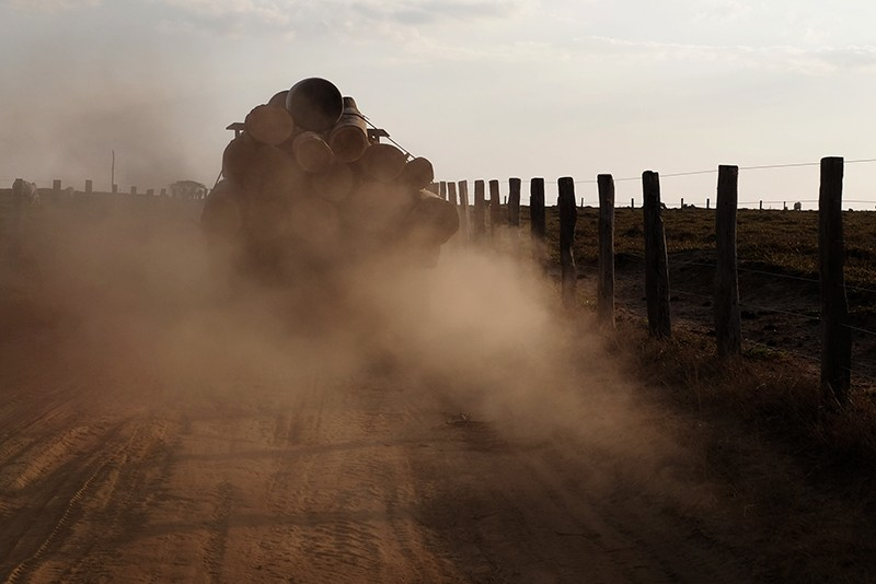 Un camion grumier gronde sur une route menant de la réserve indigène Araribóia, Maranhão, Brésil